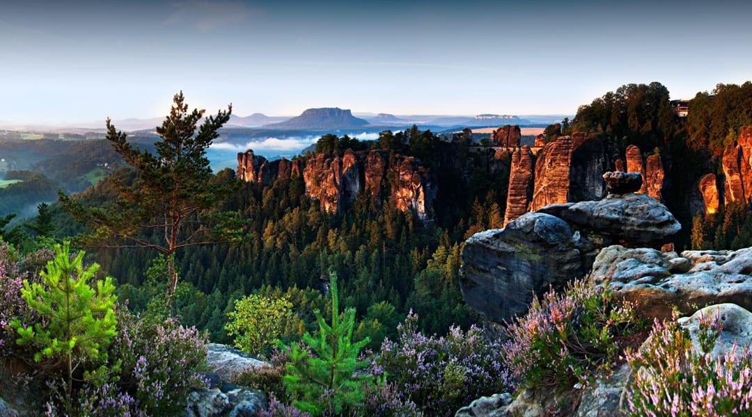 Die Landschaft der Bastei zum Sonnenaufgang