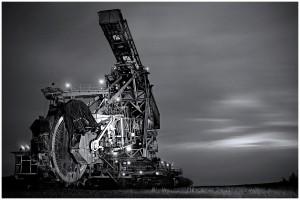 """Der Schaufelradbagger """"Big Wheel"""" bei Nacht."""