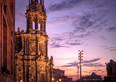 Die Dresdner Hofkirche am Abend