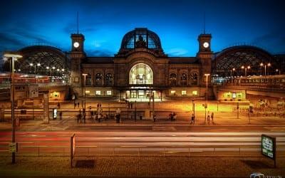 Der Dresdner Hauptbahnhof am Abend.