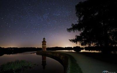 Der Leuchtturm in Moritzburg in einer klaren Nacht.