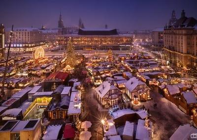Der Striezelmarkt an einem verschneiten Winterabend.
