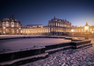 00355 | Der Zwingerhof an einem kalten Winterabend