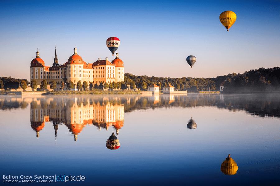 Heißluftballone über dem Schloß Moritzburg