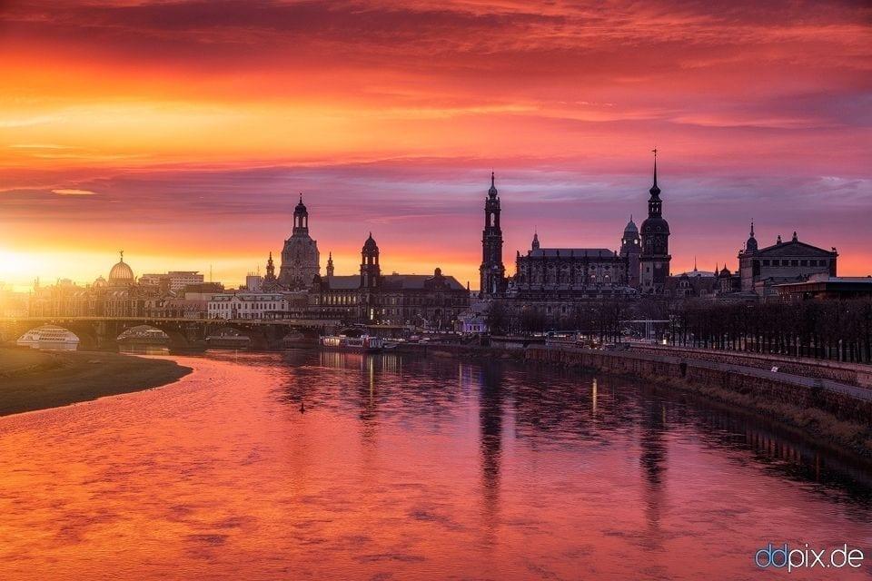Sonnenaufgang mit Blick auf die Dresdner Skyline